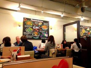 식당 안에 몇몇 외국인들이 있었다. 관광객들도 있었고 일본 학생들에게 영어를 가르치러 오는 사람들도 있었다.