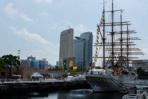 Nippon Maru di seberang Yokohama Port Museum
