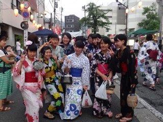 Những thiếu nữ xinh xắn trong bộ yukata và kimono tới lễ hội