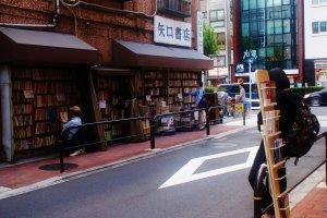 Les étalages, à l'image des bouquinistes français, sont en pleine rue