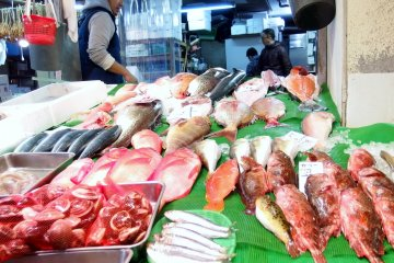 <p>There is a variety of fish for sale</p>