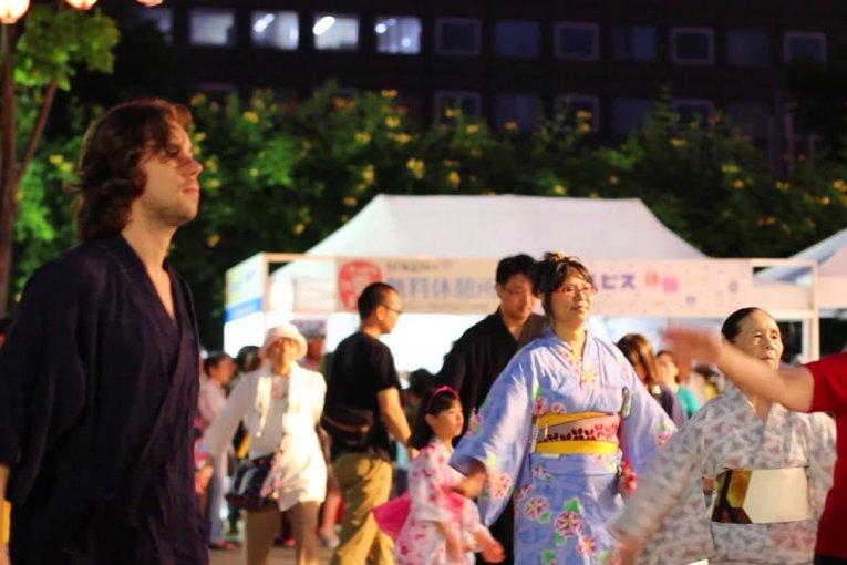 สนุกกับการเต้นรำวงกลมในฮอกไกโด