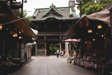 <p>Looking down the shops on Taishakuten Sando, Shibamata, towards the Temple</p>