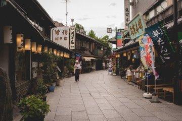 <p>Taishakuten Sando early in the morning</p>