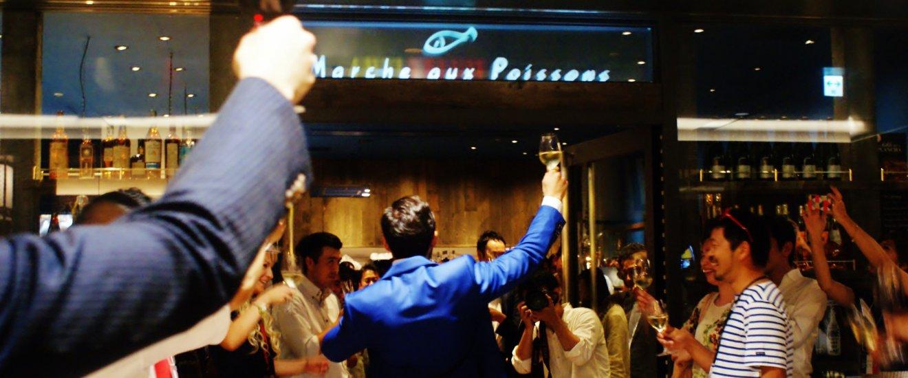 Les invités lèvent leur verre lors de l'ouverture du restaurant