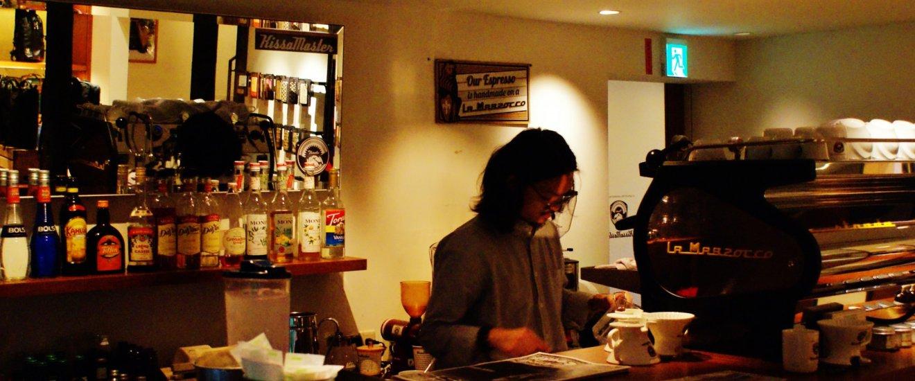 Le barman prépare le café