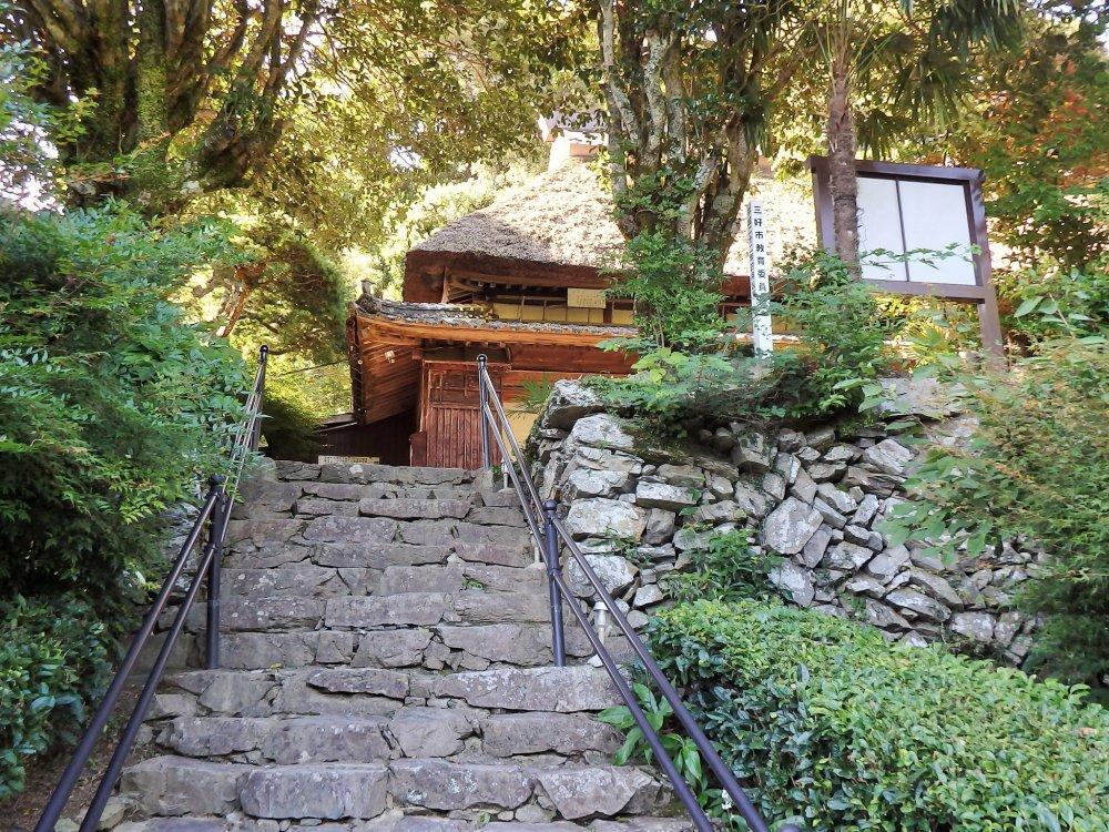 Дом спрятан на горном склоне над главной дорогой.