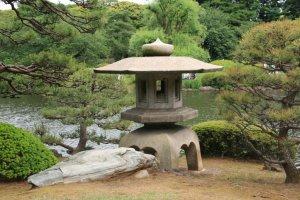 Классический японский пейзаж с каменным фонарём