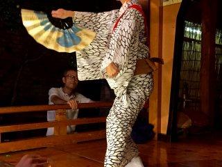Исполнение танца с веером на передвижной сцене возле храма Азабу Инари