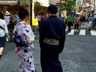 Днем очень мало кто был одет в летние кимоно