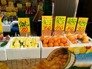 На фестивалях часто продают сок и коктейли в апельсинах или грейпфрутах