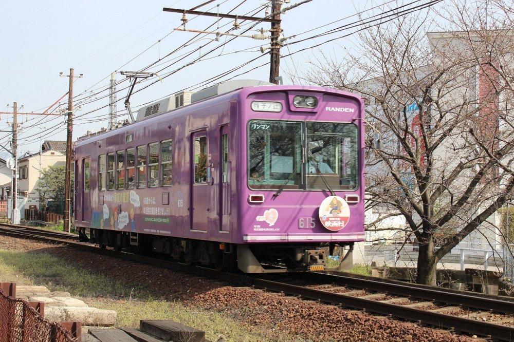 O elétrico Randen perto da estação de Toji-in