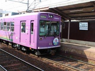 Na estação de Toji-in, à espera da passagem do comboio em sentido contrário