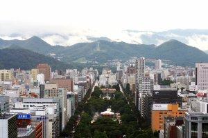 Taman Odori melintang sepanjang 1,5 kilometerdari Barat ke Timur