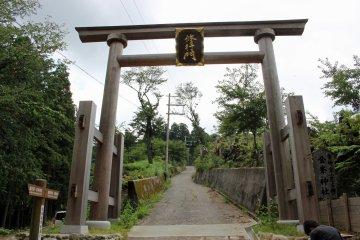 <p>The entrance torii gate to Kinpu Shrine</p>