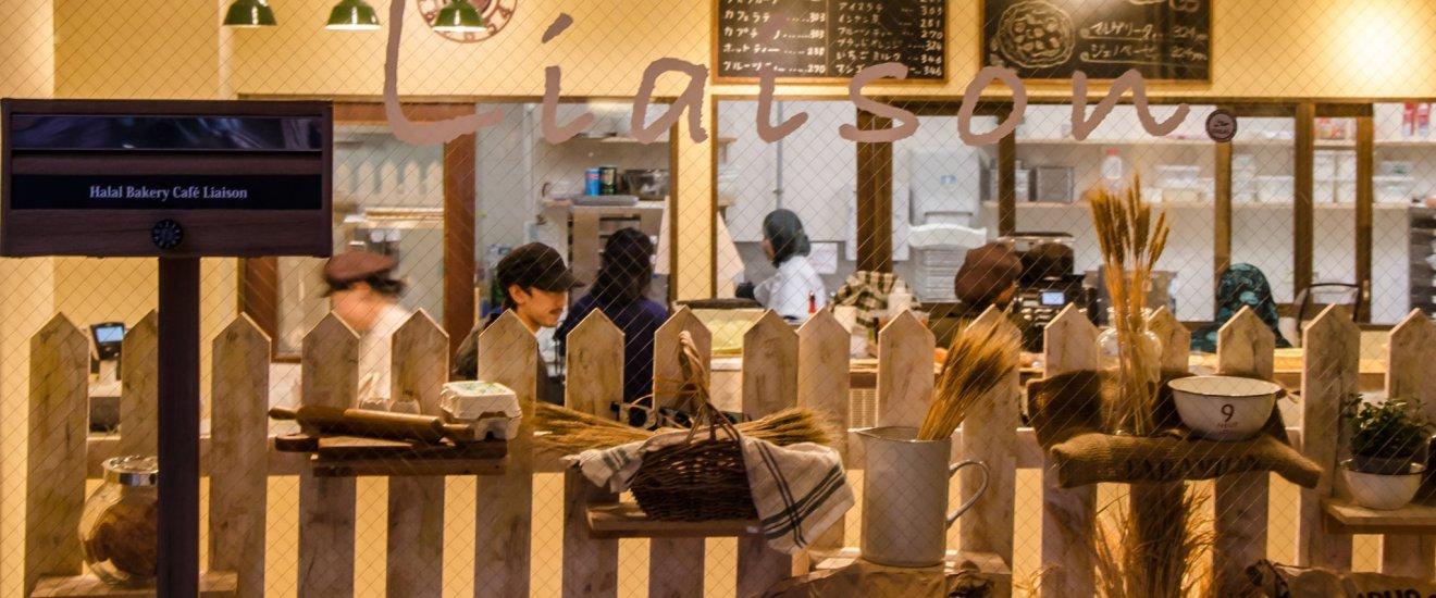 Suasana toko roti yang hangat dan nyaman