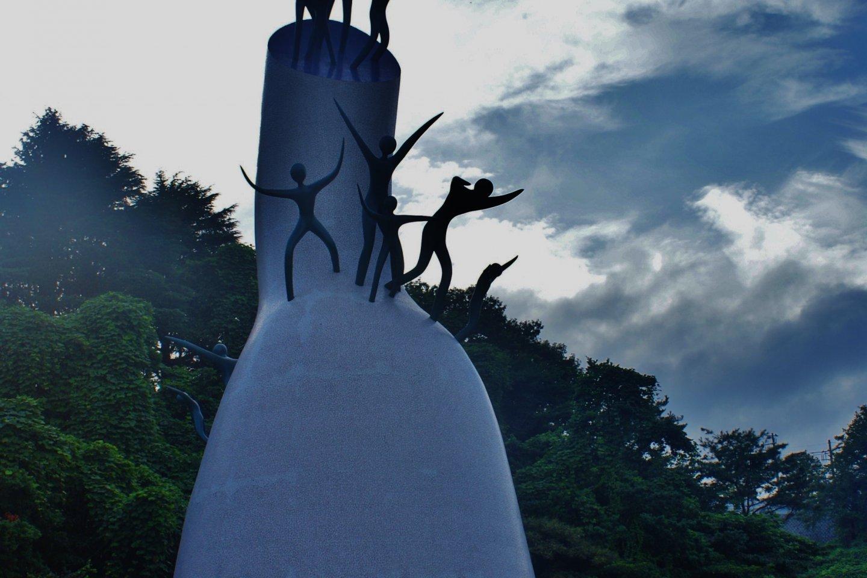 Une œuvre impressionnante de Taro Okamoto exposée à l'extérieur du musée