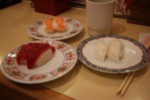 Суши с кальмаром, креветкой и тунцом
