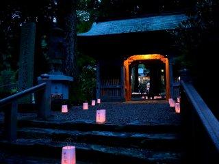 山門の前後の参道に並べられた献灯籠が輝く