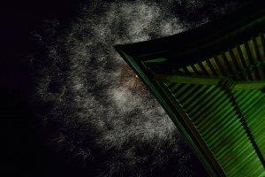 Les feux d'artifice éclatent dans le ciel au dessus du toit du Daishido, qui abrite la statue de Kobo Daishi