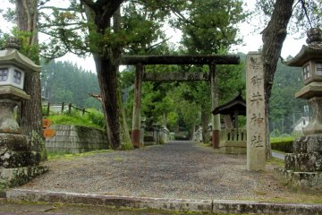 <p>The entrance torii and sign of Mii Shrine</p>