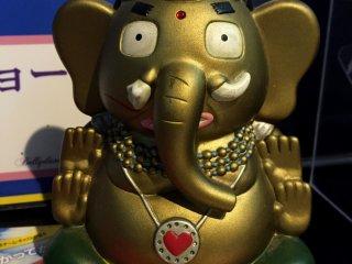 Фигурка Ганеша, индисйкого бога благополучия,на входе