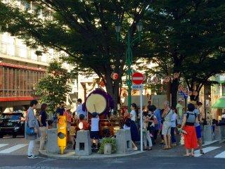 Дети не пропускают традиционные японские барабаны тайко