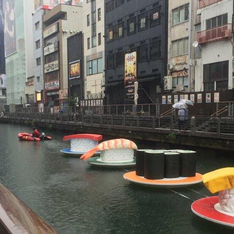 السوشي يطفو على مياه أوساكا