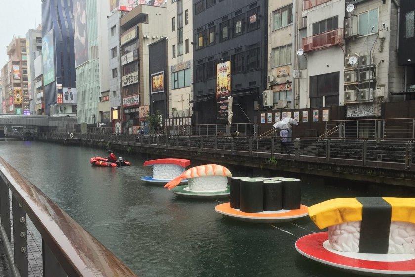 강가에 떠다니는 거대한 초밥 접시-초밥 기차처럼 보이네요!