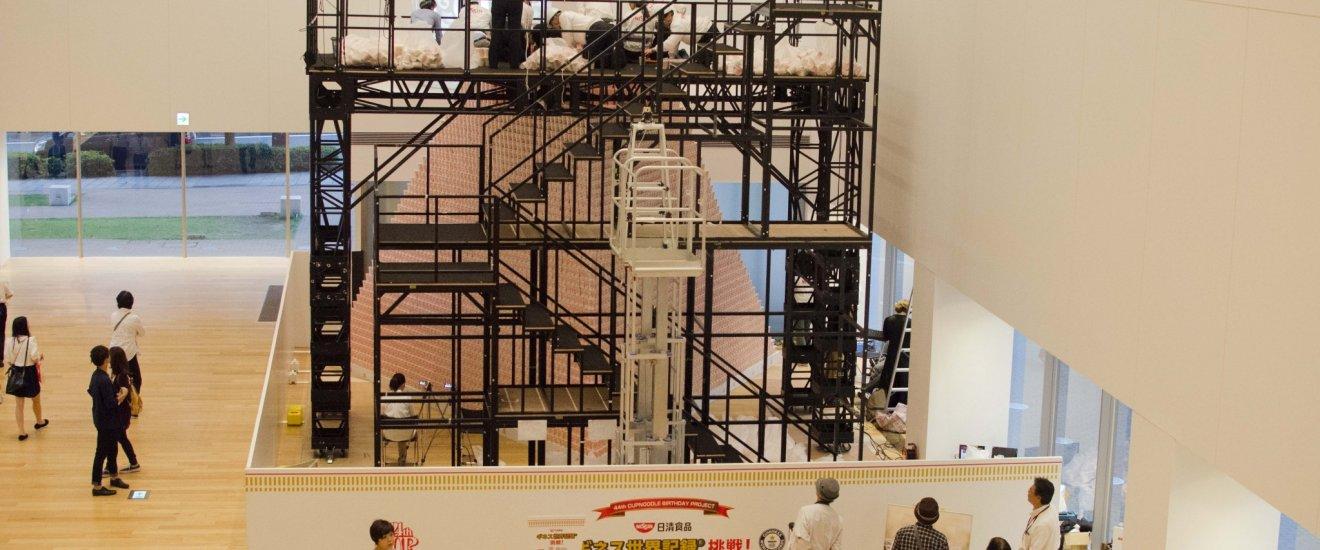 الطابق الاول ومحاولة لصناعة هرم من اكواب النودلز