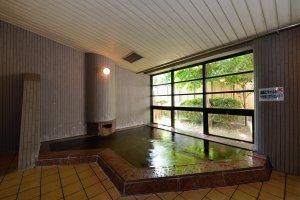 Soak your travel weariness in the public bath.