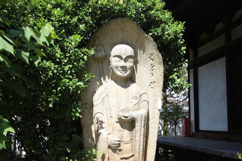 Каменная статуя на территории Денко-дзи