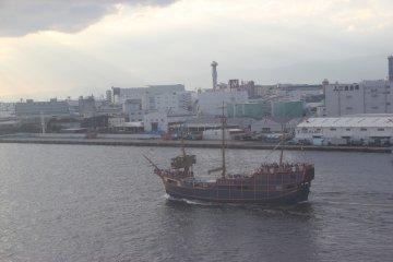 <p>Мимо проплывал красивый кораблик</p>