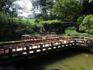 Un pont dans le petit jardin à proximité du sanctuaire Tōgō