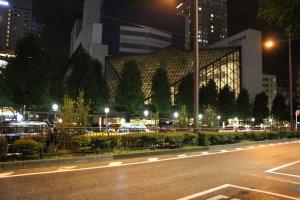 Ориентиром для нахождения остановки служит театр Tokyo Metropolitan
