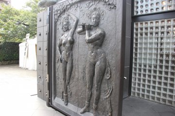 <p>Ворота в храм</p>