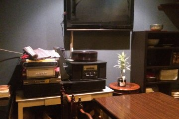 <p>The TV and decorations in the back room.</p>