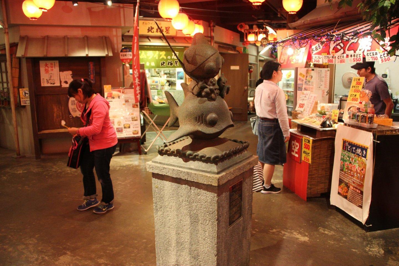 Статуя посередине первого этажа