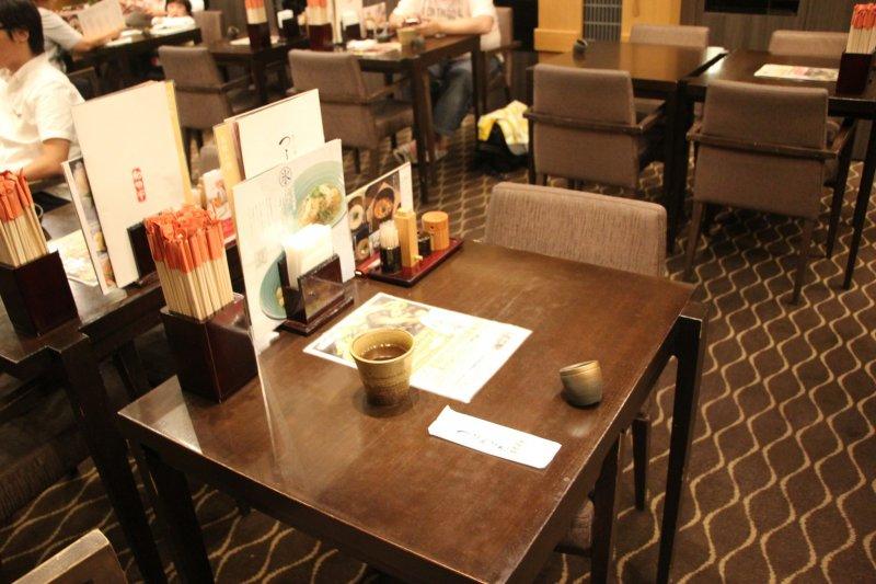 <p>Столик, за который меня усадила приветливая официантка</p>