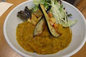 Menu makan siang kari yang terbuat dari sayur-sayuran