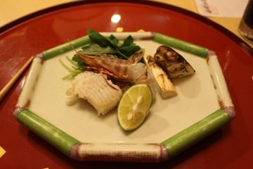 <p>Ingredients for a mini nabe</p>