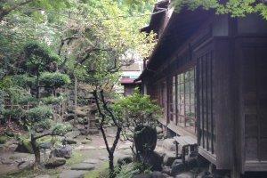 Bangunan tua berumur 94 tahun dan taman Jepang