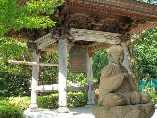 Patung Budha dan lonceng di Hosen-ji