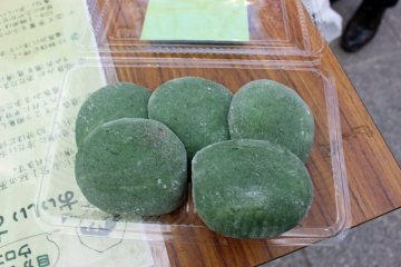 <p>The organizers also provided me with some kusamochi (grass rice cakes) to enjoy the tea with</p>