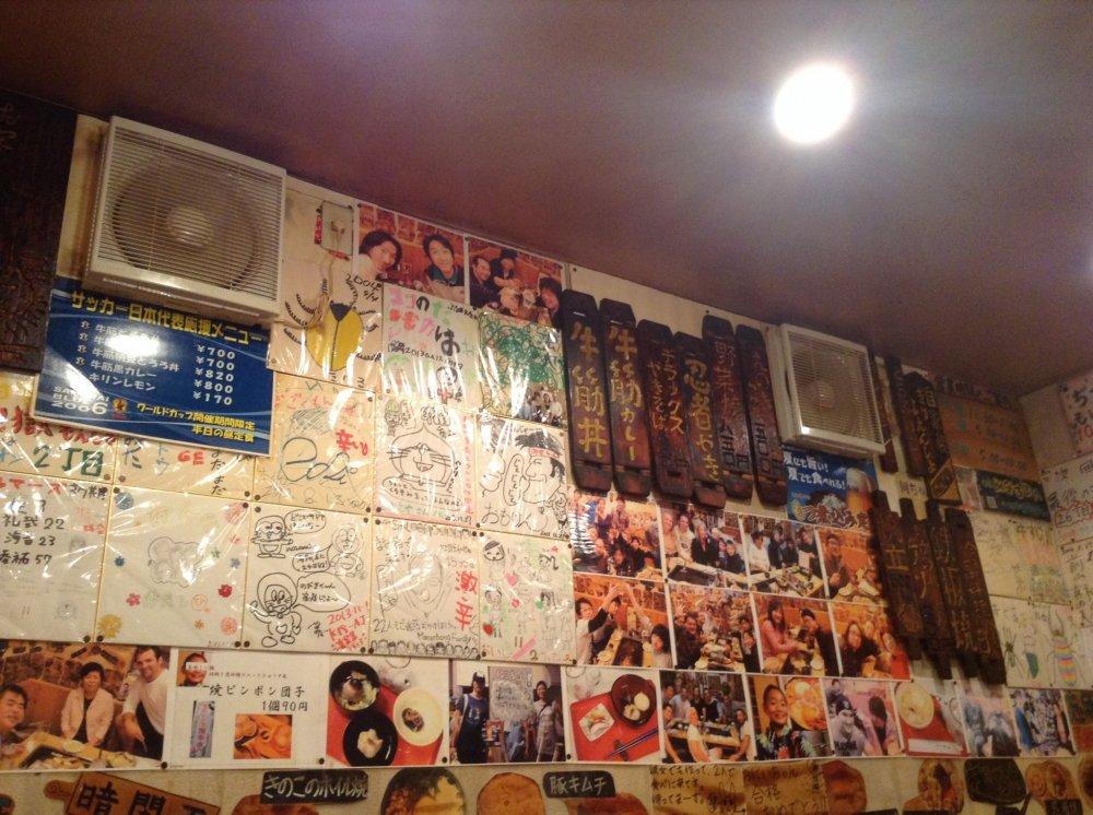 ภายในร้านเต็มไปด้วยข้อเขียน รูปภาพ และรูปวาด สร้างบรรยากาศที่เป็นกันเอง