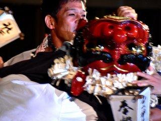 Kepala singa diputar bolak-balik, melambangkan tarian Shishi Gaeshi (perkelahian singa)