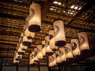 Đèn lồng Sanuki với những biểu tượng của những diễn viên