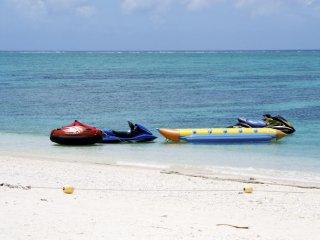 Tout pour aller à toute vitesse ! Il y a divers sports nautiques sur l'île de Nagannu