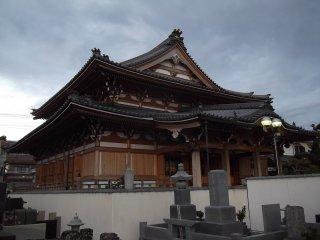 Ruang utama kuil terlihat dari pemakaman di sebelah barat