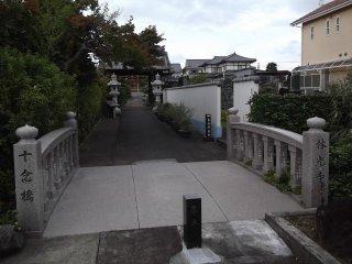 Jembatang menuju gerbang kuil